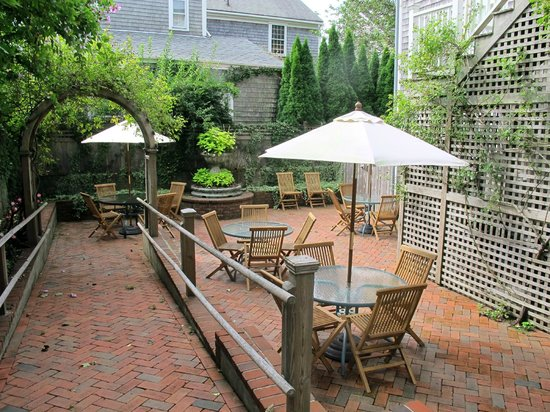 Pineapple Inn: Backyard patio