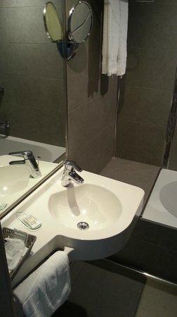 Hotel De Hofkamers: Salle de bain design malgré qq defauts de finition (vasque mal attachée)