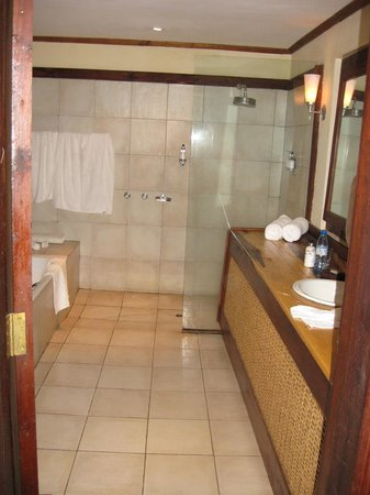 Arusha Coffee Lodge : Rm 13 bath, toilet & tub L, sink R, shower rear