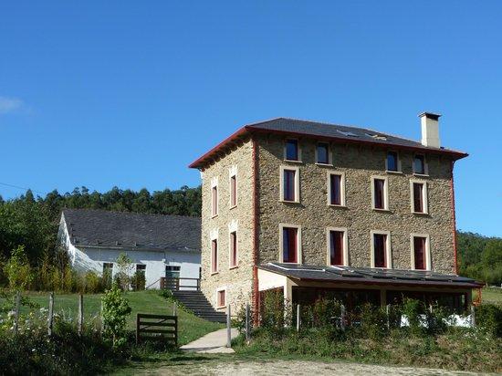 El Castaño Dormilón: Vista exterior del hotel, desde la zona de aparcamiento