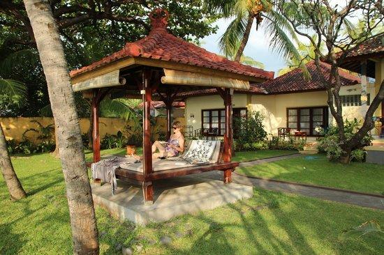 Aditya Beach Resort: naar de zee kijken en een boekje lezen...