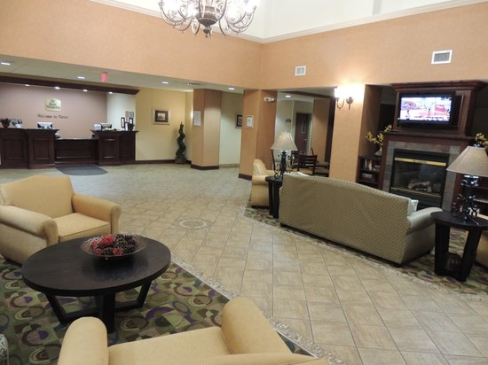 Best Western Plus Victor Inn & Suites: Lobby: Check In and Breakfast Area to the right