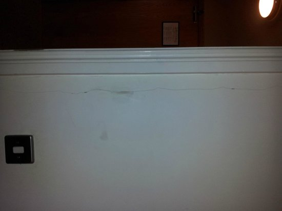 Lahinch Golf & Leisure Hotel: Cracked walls in suite