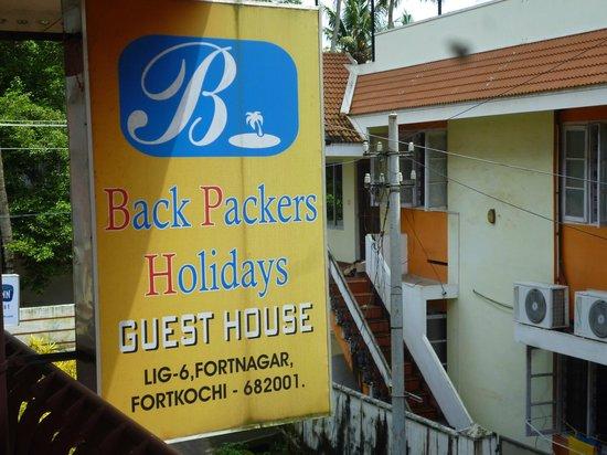 Backpacker Holidays Guest House Kochin: Au dessus votre tête dans la rue.