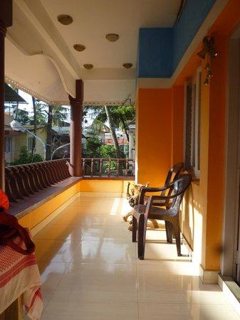 Backpacker Holidays Guest House Kochin: Grande terrasse/balcon au calme