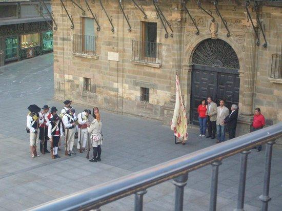 Hotel Astur Plaza: desfile frente al Ayuntamiento el día de mi arribo