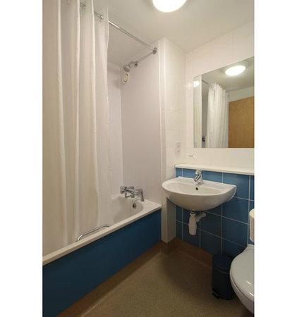 Travelodge Shrewsbury Battlefield: Bathroom with bath