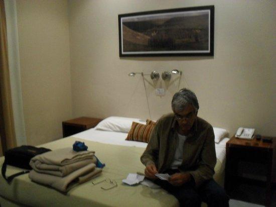Alma del Plata Buenos Aires Hotel & Apart: mi esposo en la habitacion