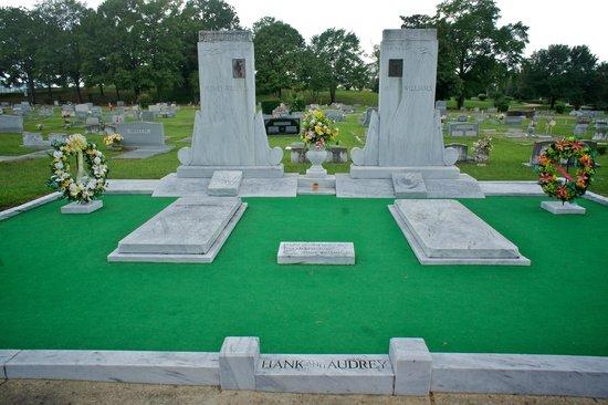 Hank Williams Memorial - Oakwood Annex Cemetery: Grave with astro turf