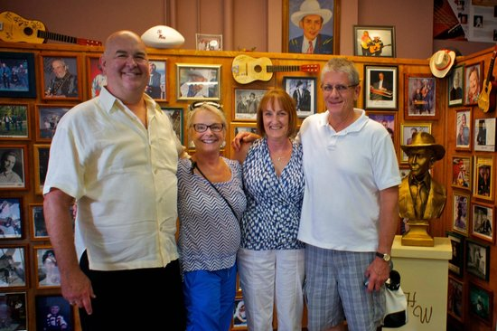 Hank Williams Museum: Reviewer and friends in lobby