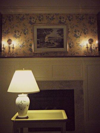White Gull Inn: Fireplace in Suite 7 of Welker House