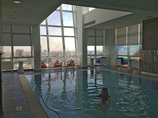 Ramada Encore Doha: piscina