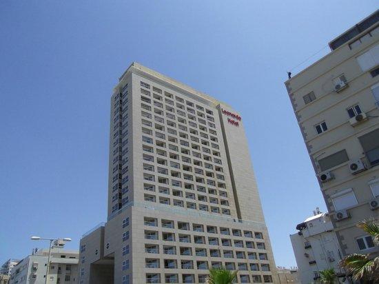 Leonardo Suite Tel-Aviv Bat-Yam: Das Hotel von der Strasse aus