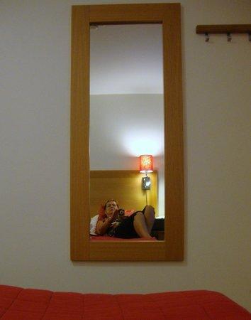 Hotel Kvarntorget: Spegel och några hängare men dåligt med hyllor eller skåp.