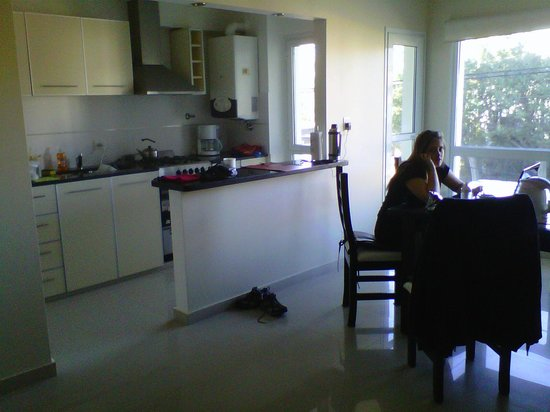 AB Alojamientos Puerto Madryn : Vista de la cocina y el comedor