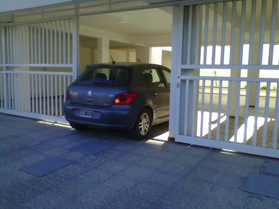 AB Alojamientos Puerto Madryn : Una de las cocheras del complejo