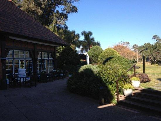 Hotel L'Auberge: Parte del Jardín y terraza donde se desayuna