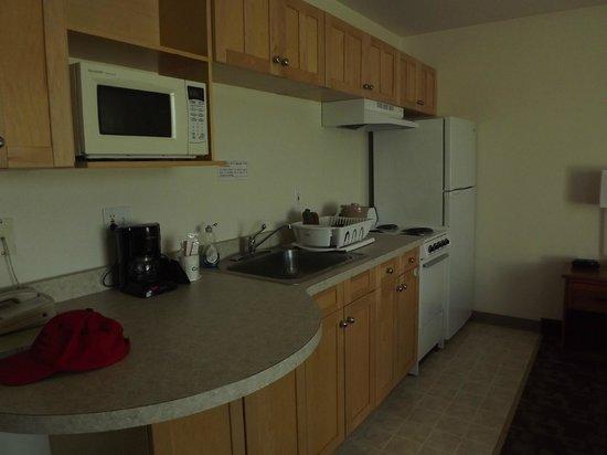 Alaska's Select Inn Hotel: Kitchen area