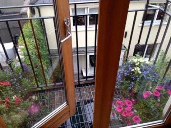 Molesworth Court Suites: Balcony flowers-Beautiful