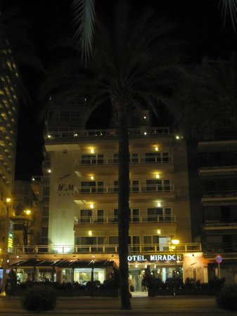 Hotel Mirador : Vista nocturna del exterior.