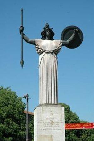 """Pavia, Italie : Il """"monumento al vigile urbano"""", al centro dell'incrocio principale della città."""