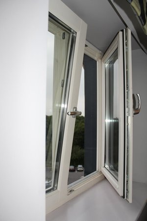 "DoubleTree by Hilton Bristol South - Cadbury House: ""King"" ""Deluxe"" Room - maximal zu öffnendes Fenster"