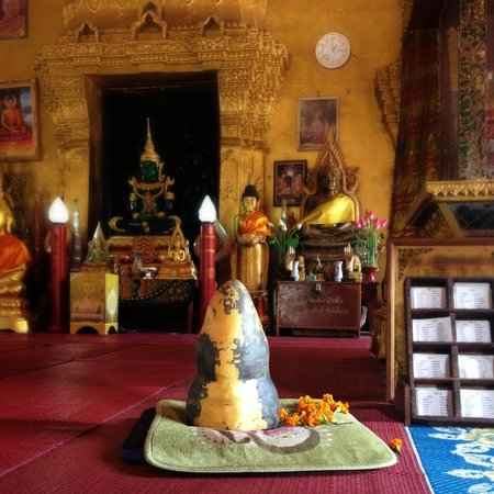 Wat Si Muang: Buddha 'statue' of stone that, after wishing , you must attempt to raise three times, to have yo