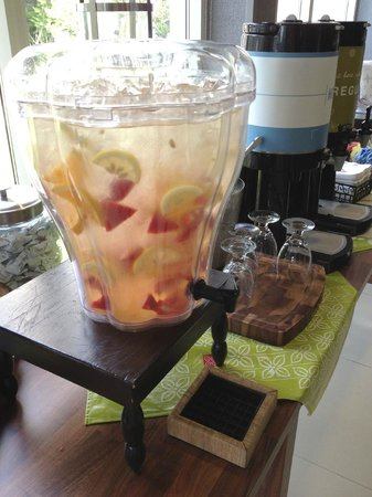 Hilton Garden Inn Austin Northwest / Arboretum : Lobby refreshements - fresh fruit infused water