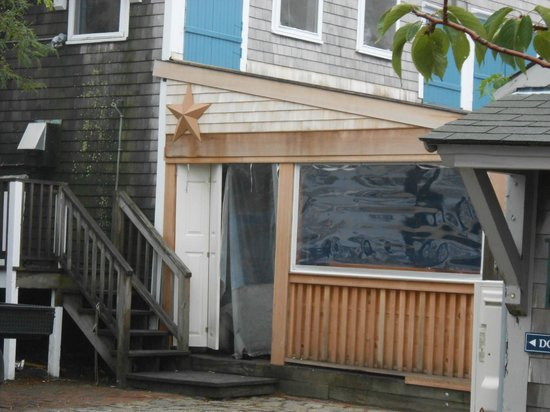 The Cottages at Nantucket Boat Basin: Bar directly below room with lots of cigarette smoke