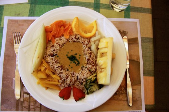 Hotel Weisses Kreuz: Vegetarian curry with rice and fruit