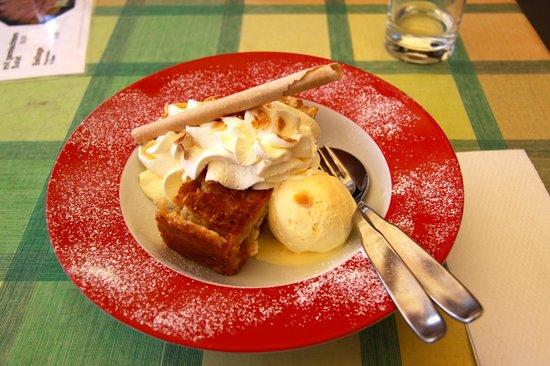 Hotel Weisses Kreuz: Apple Strudel with ice cream