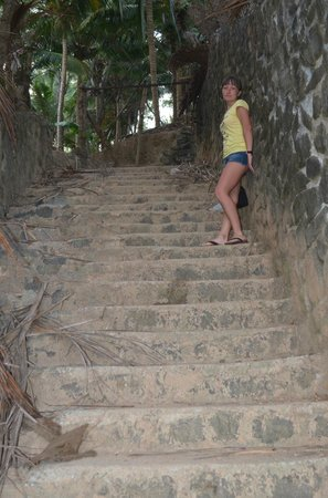 God's Own Country Resorts : Подъем к буддистскому храму с пляжа