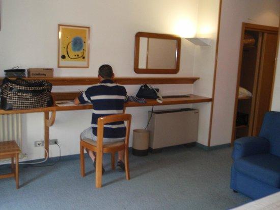 Hotel Colon Tuy: habitacion,zona escritorio