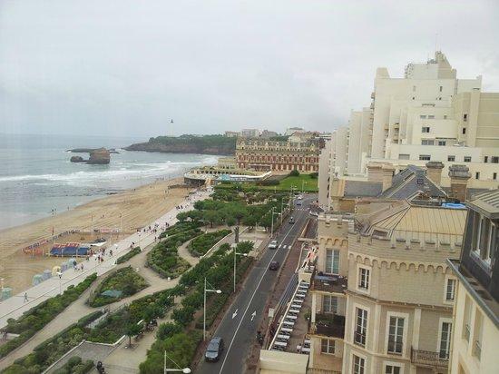 Le Windsor Grande Plage Biarritz : Vue latérale chambre