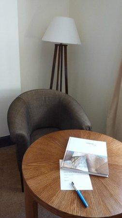 Hotel Villa Soro: tavolo camera e poltroncine