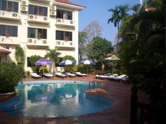 Angkoriana Hotel: Piscina desde el lugar de desayuno