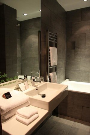 MOODs Boutique Hotel: The bathroom