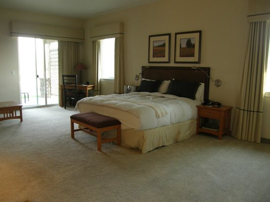 The Resort at Red Hawk: King bed with little walk-out patio to the left