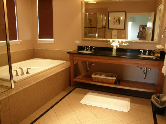 The Resort at Red Hawk: Jacuzzi tub, extra large shower