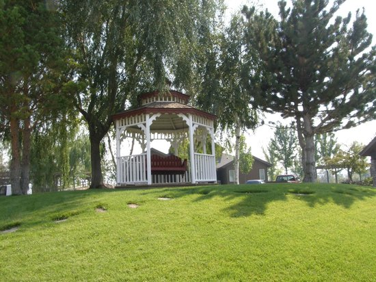 The Resort at Red Hawk: Gazebo outside of lodging area