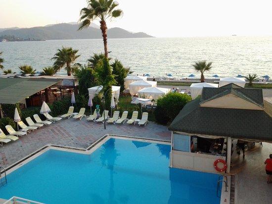 Ceren Hotel: odadan havuz görüntüsü