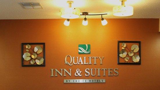 Quality Inn & Suites : desk