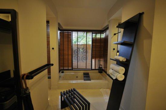 Asara Villa & Suite: bath tub