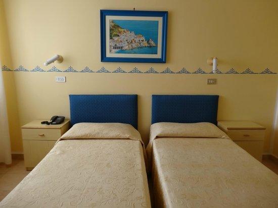 Hotel Amalfi: Habitación piso 4 - Interna con ventana
