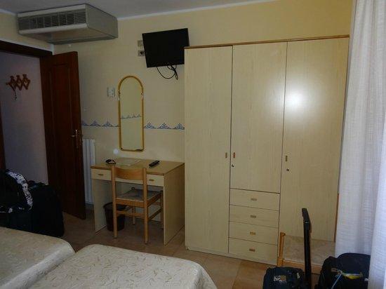 Hotel Amalfi: Habitación sencillita pero limpia y cómoda