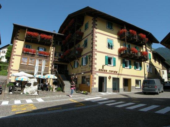 Hotel & Restaurant Alpino: Facciata principale dell'hotel