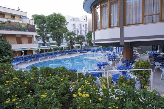 Hotel Torretta Residence: Veduta della piscina dal giardino