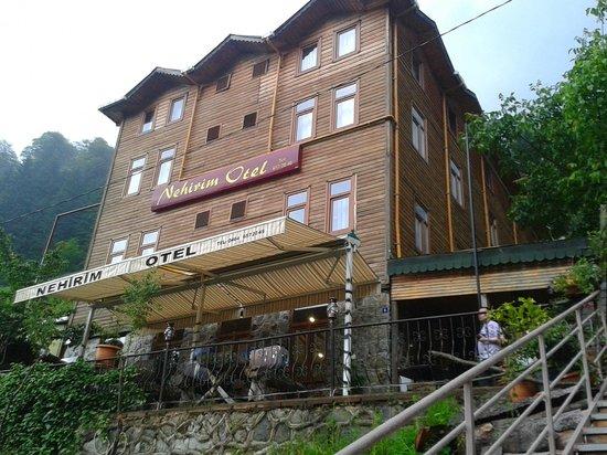 Nehirim Otel: Otelin önden görünümü 2