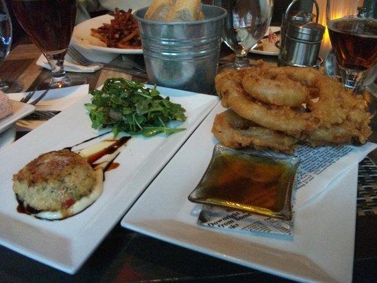 SSS Restaurant: Crabe cake poêlé et oignon rouge frit à la bière