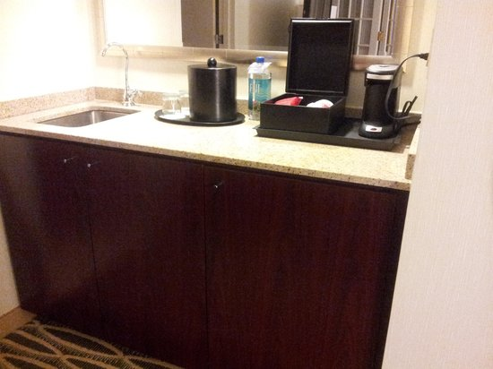 Washington Dulles Marriott Suites: Rm Wetbar (no microwave)